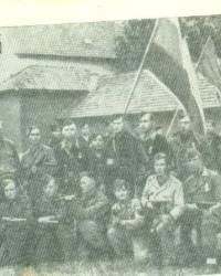6--В-парт-изанском-отряде-в-Югославии(3-с-лева-в-первом-ряду)